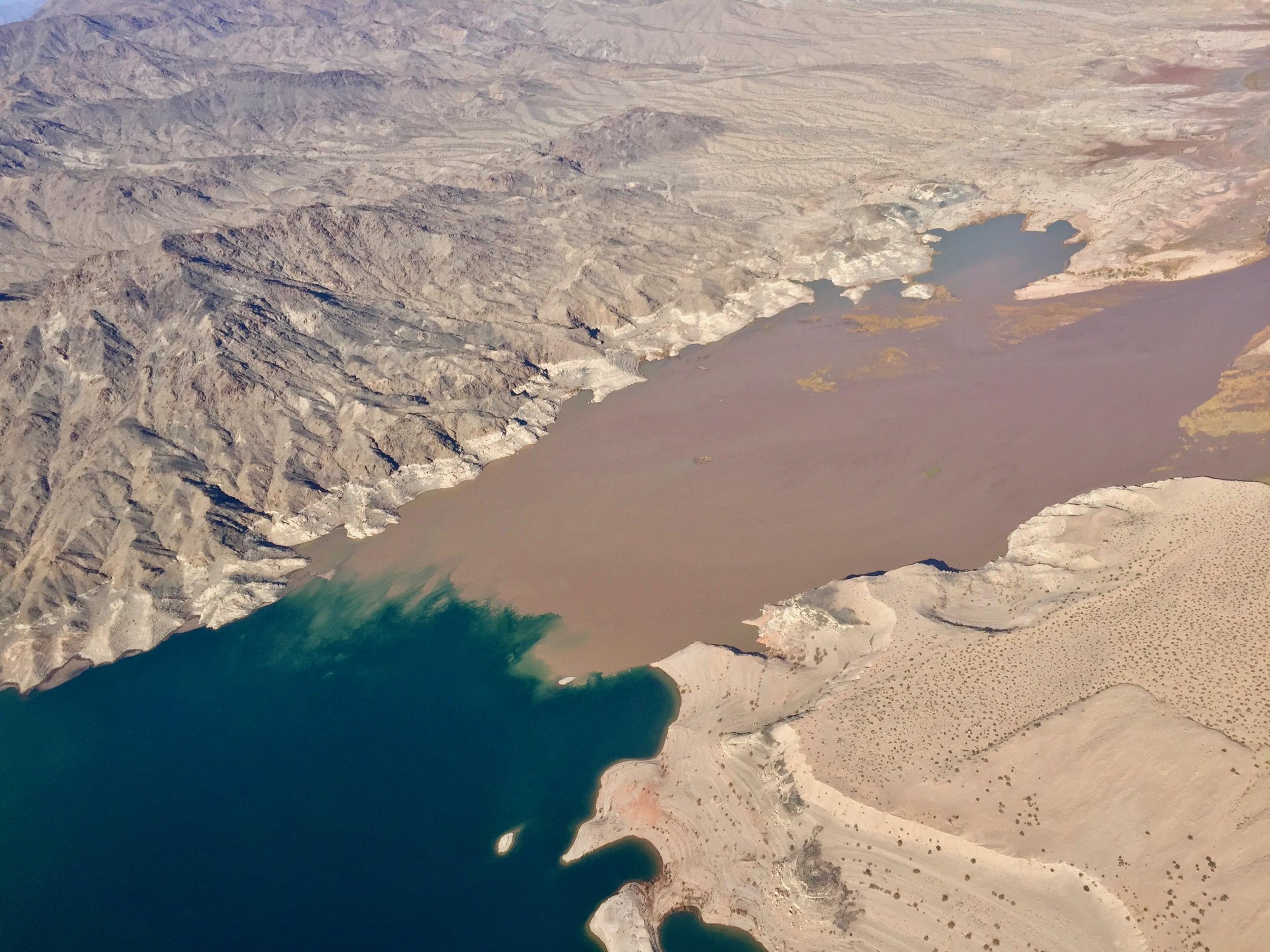Вода реки Колорадо встречается с водой озера Мид